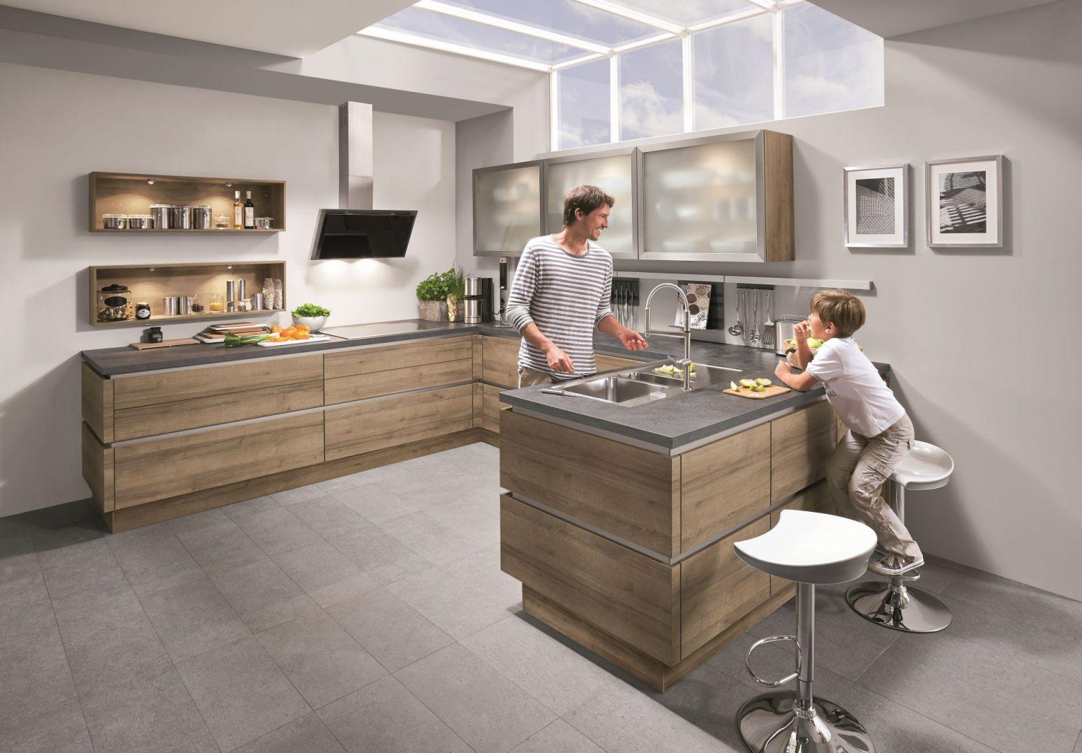 Kuchnia Riva to połączenie drewna i szarości. Transparentne, szklane górne fronty nadają aranżacji lekkości. Fot. Nobilia