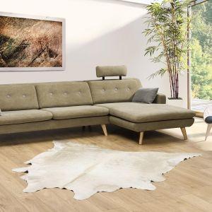 Design kolekcji Asap nawiązuje do stylu retro, a pikowane oparcia i wysokie, drewniane nogi podkreślają charakter sofy. Fot. Primavera Furniture