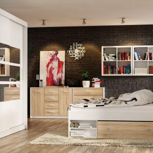 Łóżko z kolekcji Nepo ma szufladę oraz praktyczne półki. Fot. Black Red White