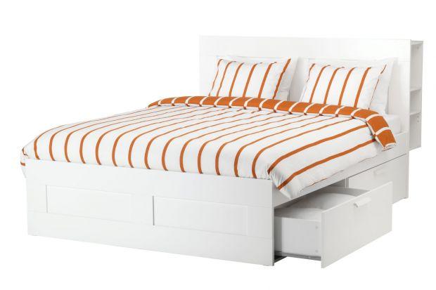 Proste łóżko do sypialni z funkcją przechowywania.