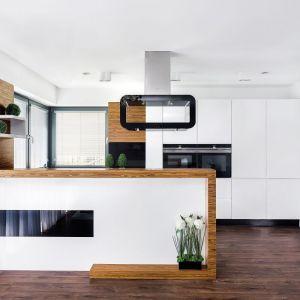 Półwysep doskonale oddzieli kuchnię od salonu. Fot. Studio Bossi/Max Kuchnie