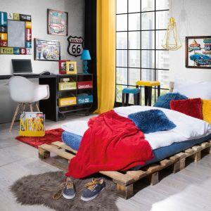 Łóżko z palet i mnóstwo kolorowych dodatków - taka sypialnia dodaje energii. Fot. Eurofirany
