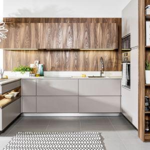 Kuchnia Patrycja III. Wysoka zabudowa od stronysalonu posiada otwarte półki, które oferują miejce do wyeksponowania pamiątek i dekoracji. Fot. Atlas Kuchnie