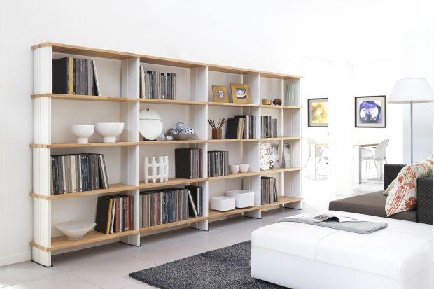 Modne półki to świetna alternatywa dla tradycyjnej zabudowy meblowej. Oferują sporo miejsca do przechowywania, a jednocześnie nie przytłaczają wnętrza.