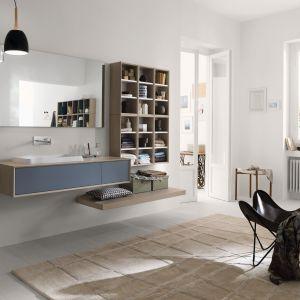 Kolekcja Maq to połączenie drewna oraz płyty z efektem mat. Pozwoli wygodnie przechowywać drobne przedmioty oraz wyeksponować łazienkowe dekoracje. Szuflady z dnem pokrytym odporną na zarysowania melaniną. Fot. Inda