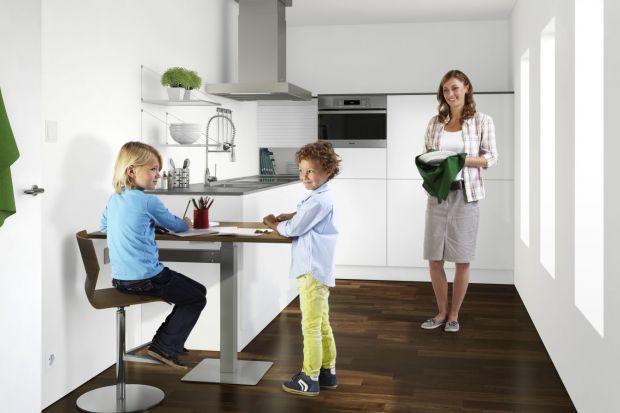 Jadalnia usytuowana w kuchni to dobry sposób na połączenie dwóch stref. Nawet w najmniejszej kuchni można ją zaaranżować. Zobacz jak to zrobić.