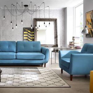 Sofa i fotel Oland na wysokich nóżkach sprawiają, że wnętrze salonu prezentuje się lekko i nowocześnie. Fot. Wajnert Meble