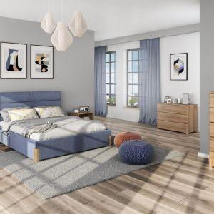 Kolekcja Lorem cechuje się współczesną, prostą, stylistyka oraz ponadczasowe wzornictwo. Meble wykonane są z drewna dębowego, który delikatnym rysunkiem na frontach ozdobi wnętrze sypialni. Kolekcja uzupełniona jest o tapicerowane łóżko z wysokim zagłówkiem. Fot. Paged Meble