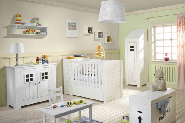 Carpenter to uroczy zestaw mebli dla dzieci z charakterystycznymi okienkami w szafie i komodzie.