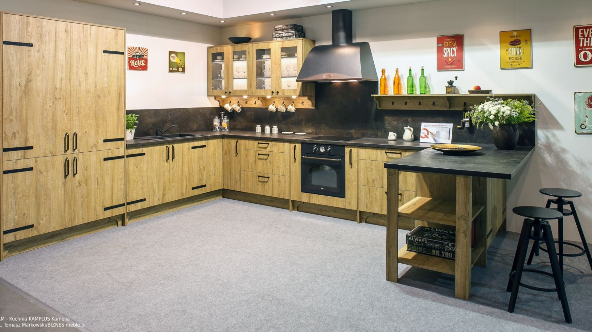 Zainspirowana wystrojem wiejskiej chaty kuchnia Kamelia z linii KAMPlus to propozycja dla indywidualistów, którzy potrafią docenić urok prostoty i surowego piękna. Fot. KAM Kuchnie