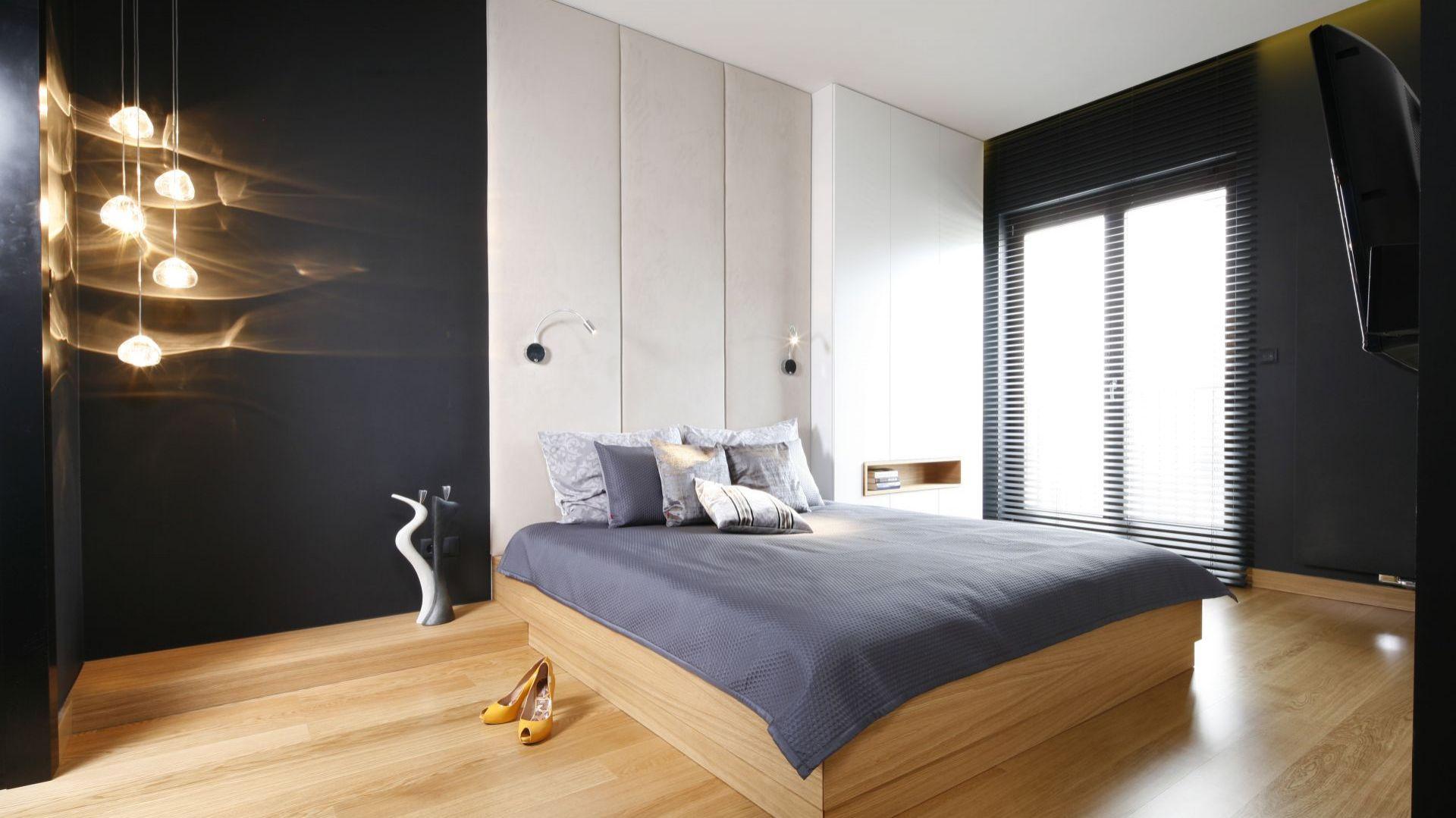 Czarne barwy w sypialni sprawią, że aranżacja nabierze głębi. Projekt: Monika i Adam Bronikowscy. Fot. Bartosz Jarosz