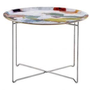 Stolik Nevis. Blat stolika to również taca, którą można zdjąć, aby wygodnie przenieść filiżanki z kawą czy herbatą. Fot. Westwing.pl