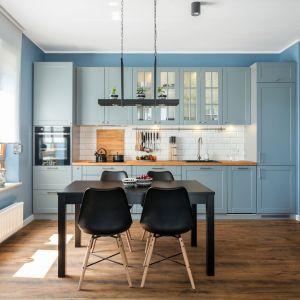 Błękit doskonale prezentuje się w klasycznych aranżacjach kuchennych. Sprawia, że wnętrze jest eleganckie, ale jednocześnie bardzo świeże. Fot. Studio Max Kuchnie