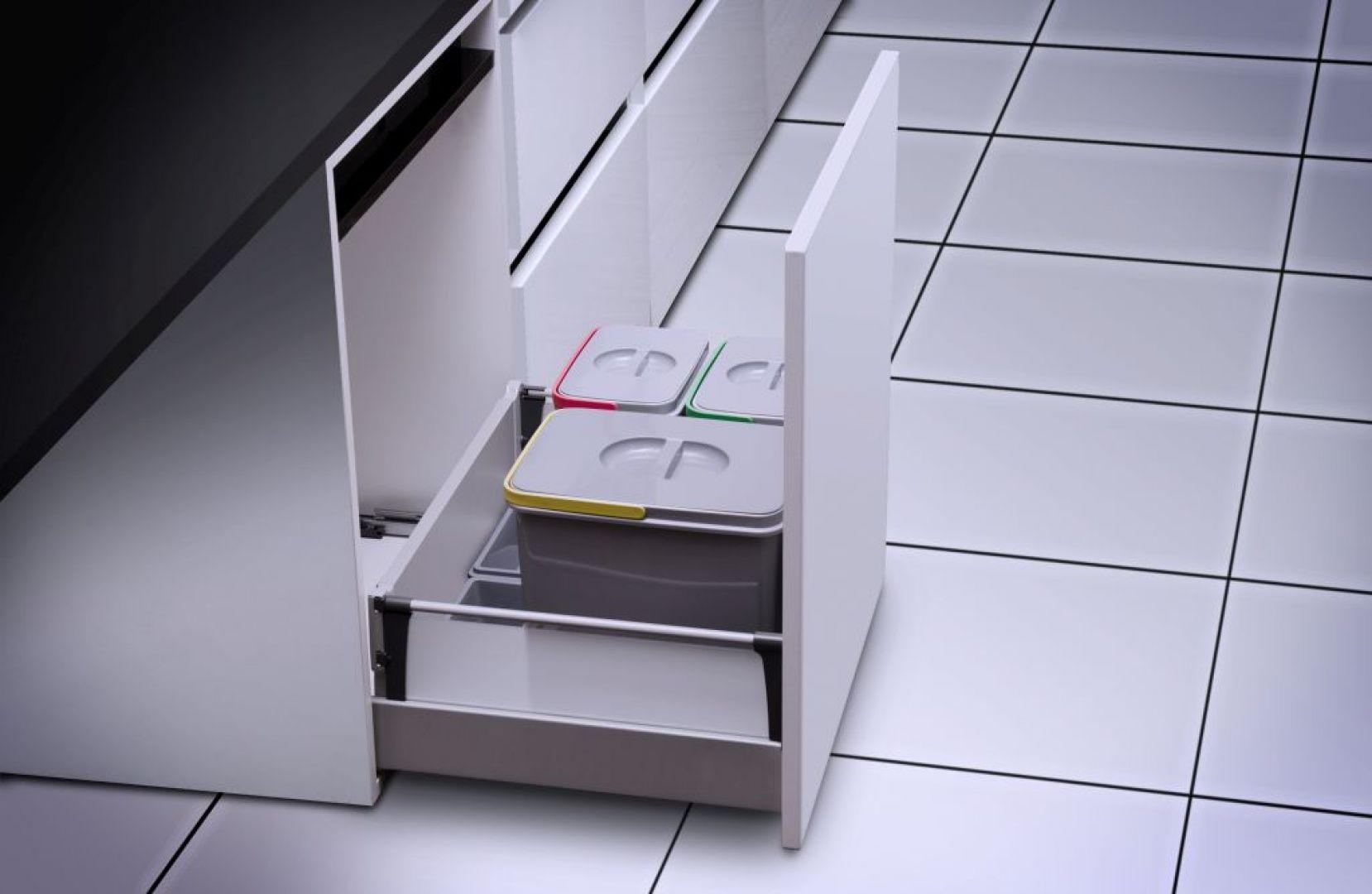 Segregator Multino firmy GTV to komplet czterech pojemników: 2 x 15 litrów i 2 x 7 litrów oraz trzy brytfanki do przechowywania środków czystości lub detergentów. Fot. GTV