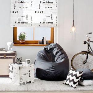 Skrzynia to mebel wielozadaniowy - można wykorzystać go jako stolik, ale również przechowywać w nim rzeczy. Fot. Dekoria.pl