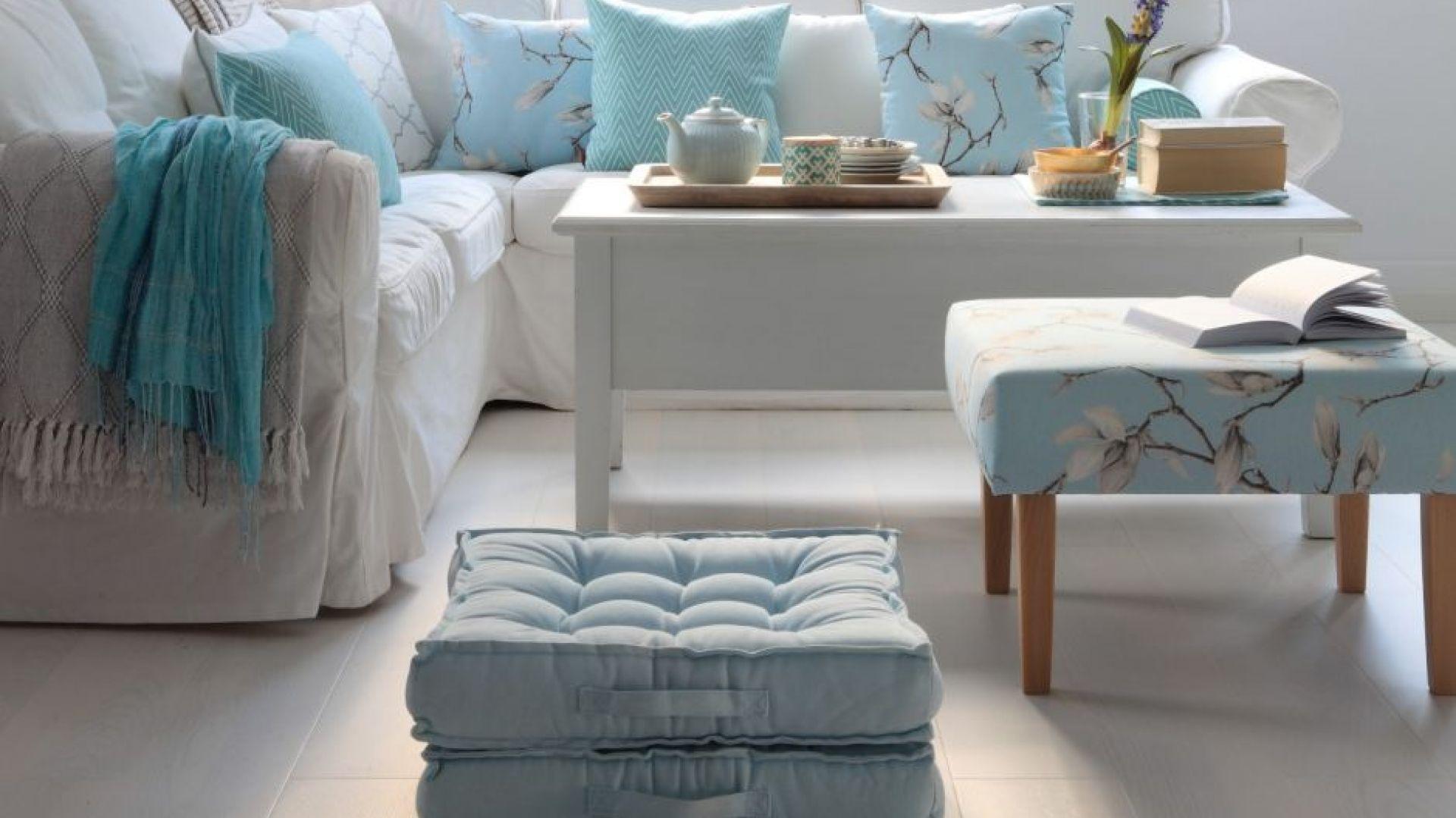 Właściciele małych salonów powinni wybierać jasne kolory – optycznie powiększą i rozświetlą wnętrze. Fot. Dekoria.pl