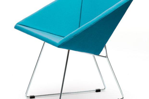 RM57 to tapicerowany fotel wchodzący w skład kolekcji mebli zaprojektowanych przez prof. Romana Modzelewskiego oferowany od 2016 r. przez markę Vzór.