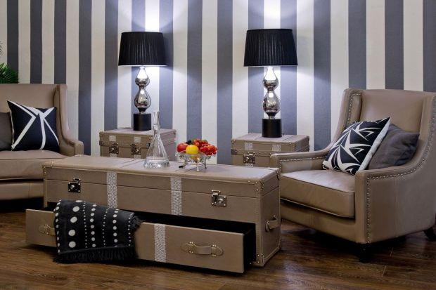 Kufry i skrzynie mogą być przykuwającym uwagę dodatkiem w salonie. Co więcej, stanowią dobry sposób na przechowywanie i organizację przedmiotów.