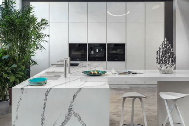 Czysta forma kuchni Z1 jest doskonałą bazą dla wyszukanych materiałów wykończeniowych. Wyrazisty blat odwzorowujący rysunek kamienia ciekawie przełamuje minimalistyczny charakter mebli.