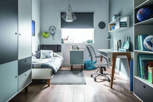 Łóżko w pokoju nastolatka powinno być wygodne i komfortowe. Warto przy tym postawić na model niewielkich rozmiarów, wyposażony w pojemnik na pościel.