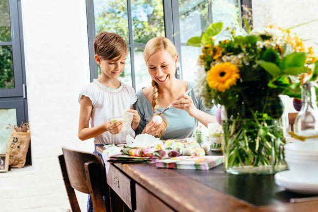 """Stół to jeden z najważniejszych mebli w mieszkaniu.W czasie świąt czy uroczystych okazji stanowi centrum życia rodzinnego. Sprawdź modele, które sprawdzą się zarówno na co dzień, jak i """"od święta""""."""