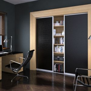 Czarne fronty szafy sprawią, że wnętrze będzie miało w sobie głębię. Fot. Komandor