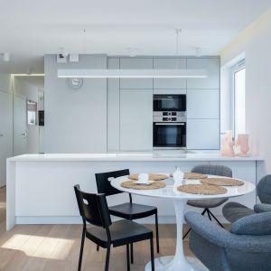 Stół okrągły świetnie sprawdzi się w przypadku kuchni otwartej na salon. Fot. Studio Max Kuchnie