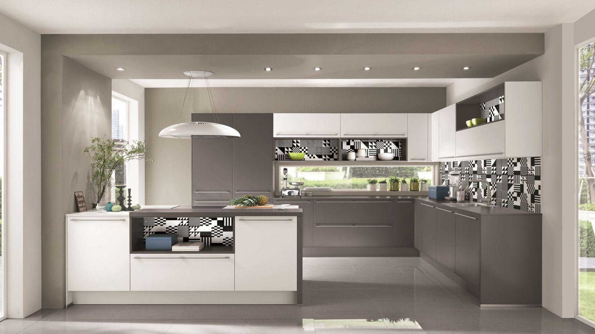 Kuchnia Touch to modne połączenie bieli i szarości. Dekoracyjna ściana nad blatem to świetne urozmaicenie wnętrza. Fot. Nobilia