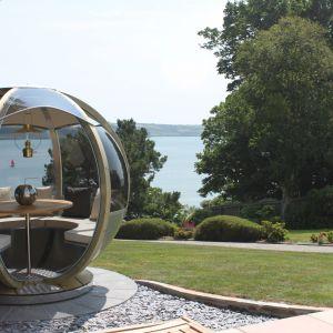 Chroni od słońca i zapewnia wygodną przestrzeń do siedzenia. To mebel - domek doskonały do ogrodów. Fot. Cuckooland