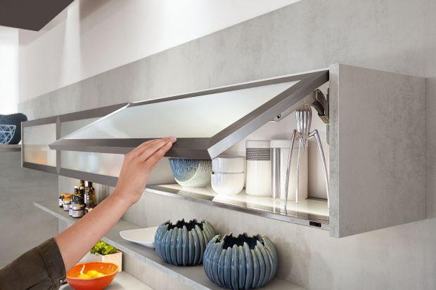 Kuchenne zakamarki, szafki narożne, wysoko położone schowkii wąskie przestrzenie pomiędzy szafkami – wszystkie te miejsca wymagają zastosowania odpowiednich systemów i mechanizmów, które ułatwią użytkowanie kuchni. Zobacz, jakie są możli