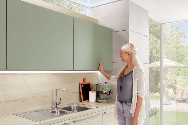 Wiszące szafki kuchenne są praktyczne i pozwalają w ciekawy sposób zagospodarować ścianę. To również doskonałe miejsce do przechowywania.
