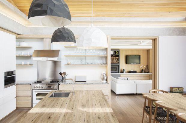 Kuchenne trendy zmieniają się niezwykle szybko. Dlatego też oprócz mody, warto postawić na funkcjonalność. Podpowiadamy, jakie materiały warto wybrać na fronty, blaty oraz ściany w kuchni.