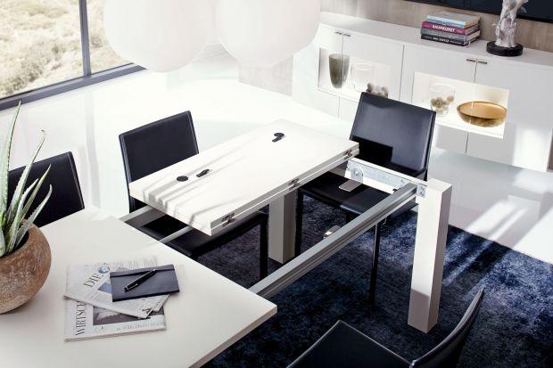 Stół, który można rozłożyć to bardzo funkcjonalne rozwiązanie. Model nie zajmuje dużo miejsca, a w razie potrzeby pomieści większą liczbę osób.