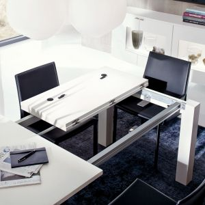 """Rozkładany stół """"T 50"""" firmy Hülsta dostępny jest w kilku opcjach wykończenia. Fot. Hülsta"""