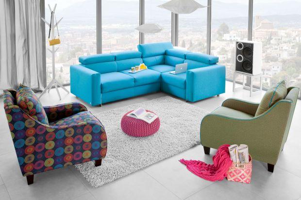 Niebieski to nowa czerń i świetnie sprawdza się w aranżacji salonu. Barwę tą jednak należy stosować z umiarem, możemy ją wprowadzić na przykład pod postacią sofy.