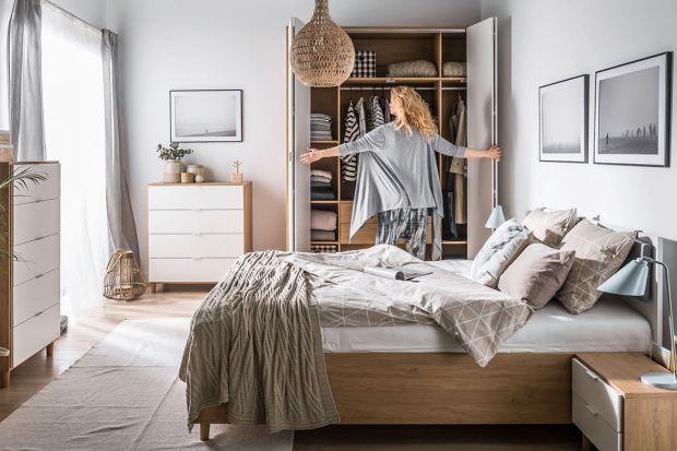 Mała sypialnia to jednocześnie duże wyzwanie aranżacyjne. Aby urządzić ją funkcjonalnie i wygodnie, warto wybrać odpowiednie meble.