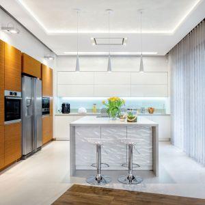 Drewno i biel do doskonałe połączenie. Jest jasno, ale również przytulnie. Fot. Studio Max Kuchnie/ Meble Vente