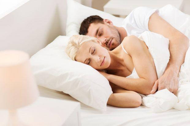 Wybór pokrowca na materac może całkowicie odmienić komfort snu. Odpowiednio dobrany materiał zadba o nasze zdrowie, skórę, a nawet pomoże rozładować energię.
