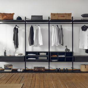 Akcesoria do garderoby to przeszklone szuflady, wysuwne półki i wieszaki na spodnie, czy też ustawione pod kątem półki na buty. Fot. Raumplus