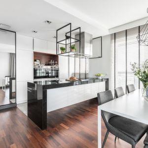 Biała kuchnia otwarta na salon będzie neutralnym tłem i optycznie powiększy całą strefę dzienną. Projekt: Joanna Węgłowska, Wioletta Cieślik Fot. Pion Poziom.