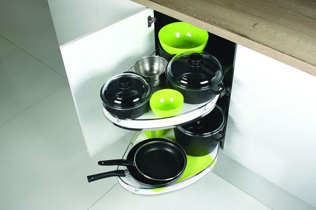 Przestrzeń w kuchni warto wykorzystać maksymalnie - również miejsca z pozoru trudne do zagospodarowania. Zobacz, jak poradzić sobie z narożnikami!