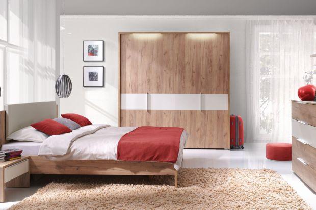 Sypialnia powinna być miejscem, w którym będziemy swobodnie wypoczywać. Doskonale sprawdzi się styl eko, który nawiązuje do natury. Aby urządzić w ten sposób sypialnię warto wybrać meble z rysunkiem drewna.