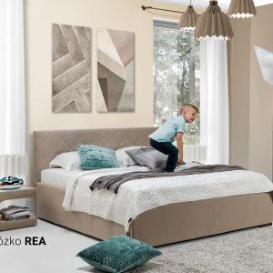 Kolekcja Rea. Miękkie, tapicerowane łóżko oferuje dodatkowe miejsce do przechowywania. Fot. Wajnert Meble