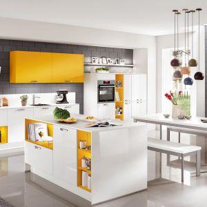 Wyspa z otwartymi półkami będzie wspaniałą dekoracją kuchni. Ciekawym rozwiązaniem są półki z różnych kolorach. Fot. Nobilia