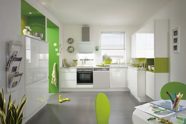 Kolorowe meble ożywiają aranżację wnętrza, a domownikom poprawiają nastrój. Zobacz, jak rewelacyjnie można urządzić kuchnię w kolorze.