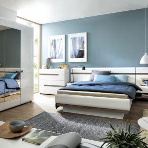 """Sypialnia """"Linate"""" (Meble Wójcik) jest nowoczesna i jasna. Duża szafa z łatwością pomieści ubrania dwóch osób, a duże łóżko zapewni wygodą przestrzeń do wypoczynku. Fot. Meble Wójcik"""