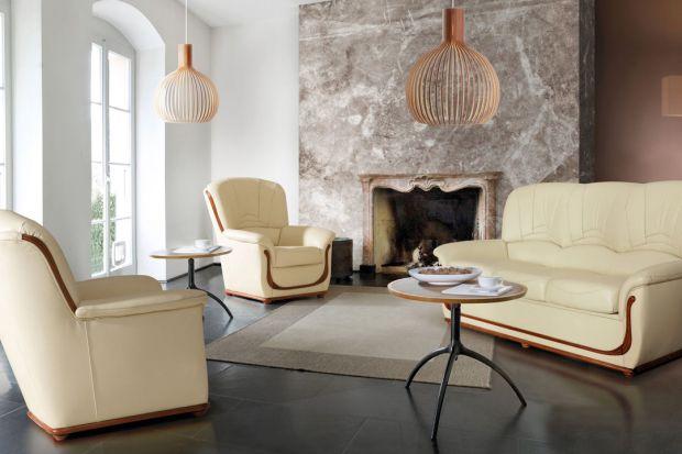 Sofa Bergamo wyróżnia się wysokim oparciem i tradycyjną formą.