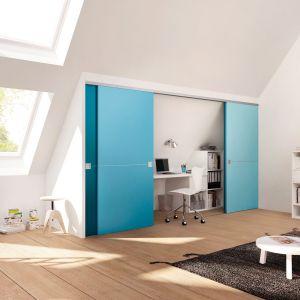 Miejsce pod wnękami możemy zaaranżować także na kącik do nauki. Fronty szafy możemy wykorzystać jako element dekoracyjny wnętrza. Fot. Raumplus