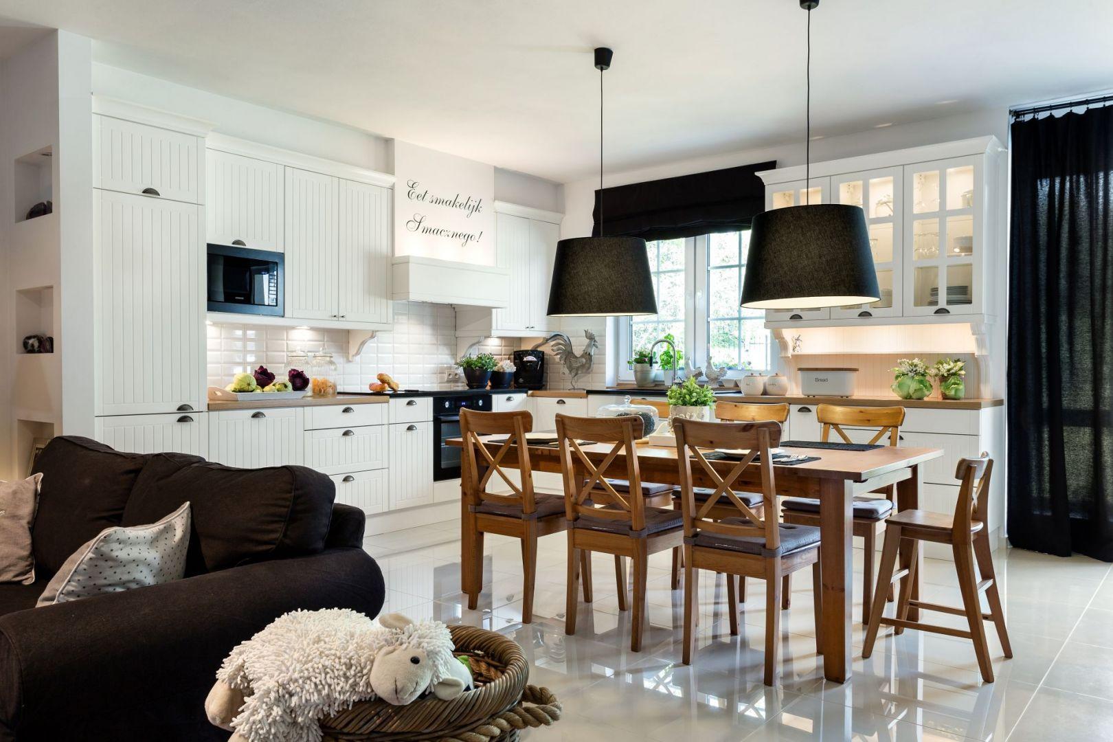 Drewniane krzesła doskonale sprawdzą się w kuchni w stylu angielskim lub rustykalnym. Fot. Studio Max Kuchnie Vigo