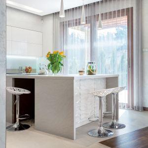 Hokery z ażurowym siedziskiem dodadzą strefie jadalnianej eleganckiego klimatu. Fot. Studio Max Kuchnie kitchen4you